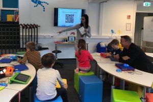 Aktion vor Ort: Christof Rasche (FDP) diskutiert mit Kindern über Vor- und Nachteile der digitalen Welt