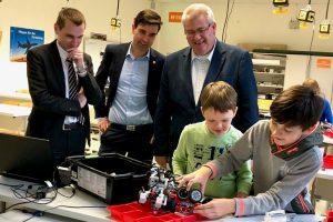 Aktion vor Ort: MdL Andreas Becker (SPD) besucht die Roboter AG des Gymnasium Petrinum